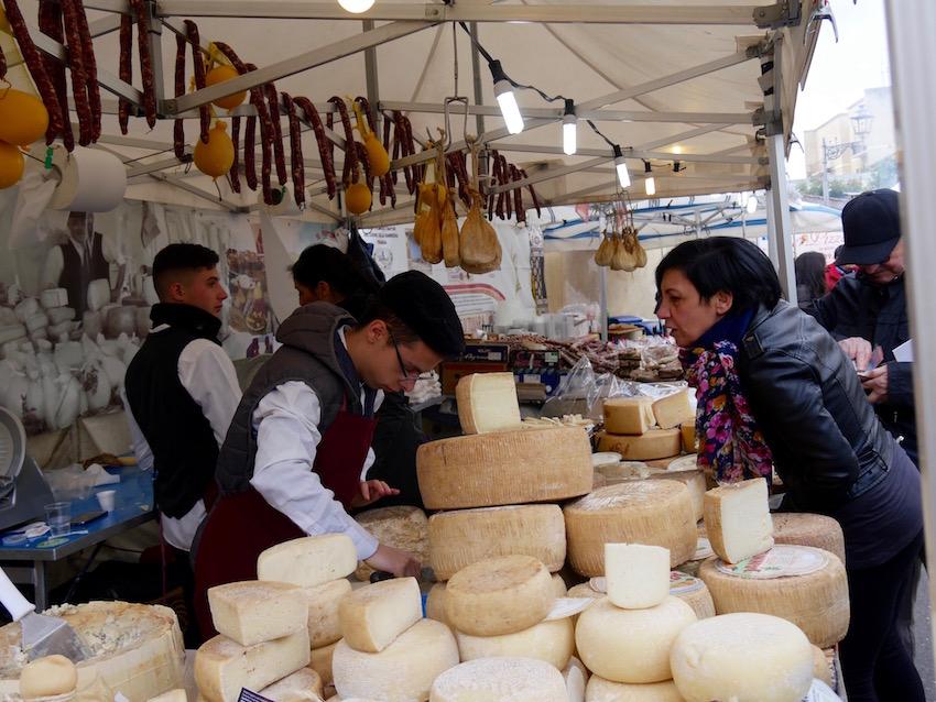 """Käsestand auf Markt in Sardinien – auch ein Ausdruck der """"Käseinsel Sardinien"""""""
