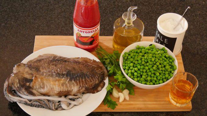 Die Zutaten für Tintenfisch mit Erbsen auf sardische Art