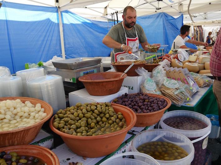 Eigelegte Oliven, ein Trend, der auch in Sardinien zunimmt