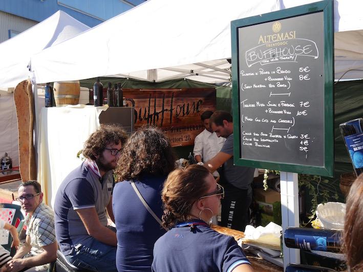 Auch eine moderne Weinbar mit Vorspeisen (Schinken, Wurst, Käse und Oliven) gab es.