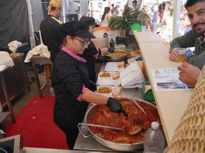 """Hier wird das Socondo des Menüs, der Schwertfisch """"alla Potoscuese"""" ausgegeben."""