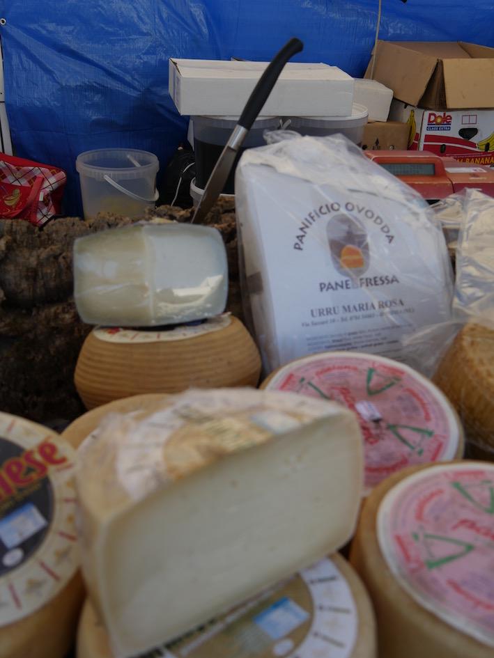 Und auch Käse und Pane Carasau