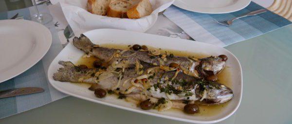 Trote con olive e Vernaccia – Forellen mit Oliven und Vernaccia di Oristano