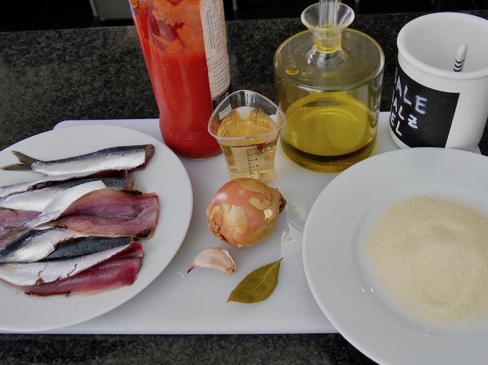 Zutaten Sardinien mit Essig und Tomatensoße (marinierter Fisch auf sardische Art / scabecciu)