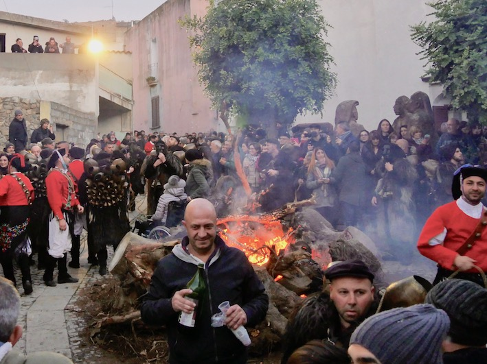 Vor dem Feuer zu Sant'antonio im Mamoiada