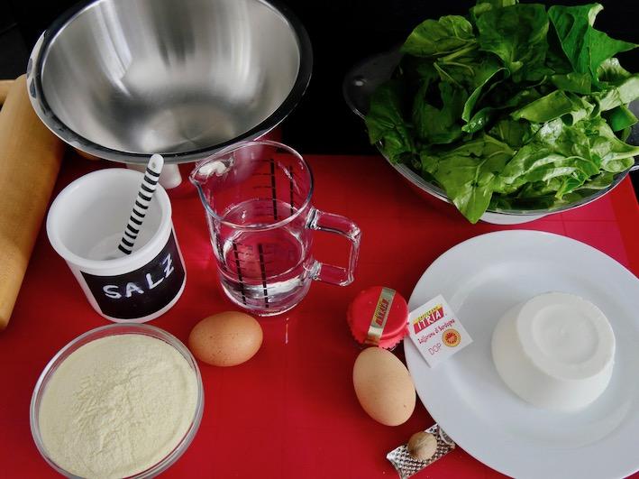 Die Zutaten für die sardischen Ravioli mit Ricotta und Spinat