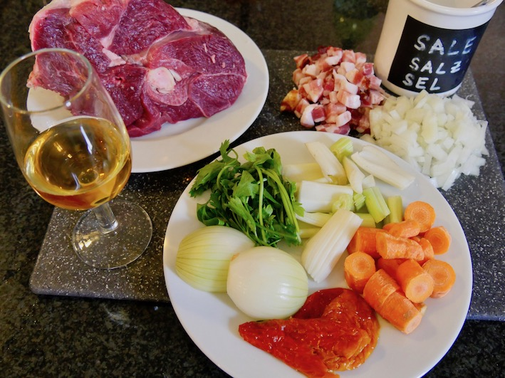 Zutaten für Istufàu, geschmortes Schafsfleisch mit Essig