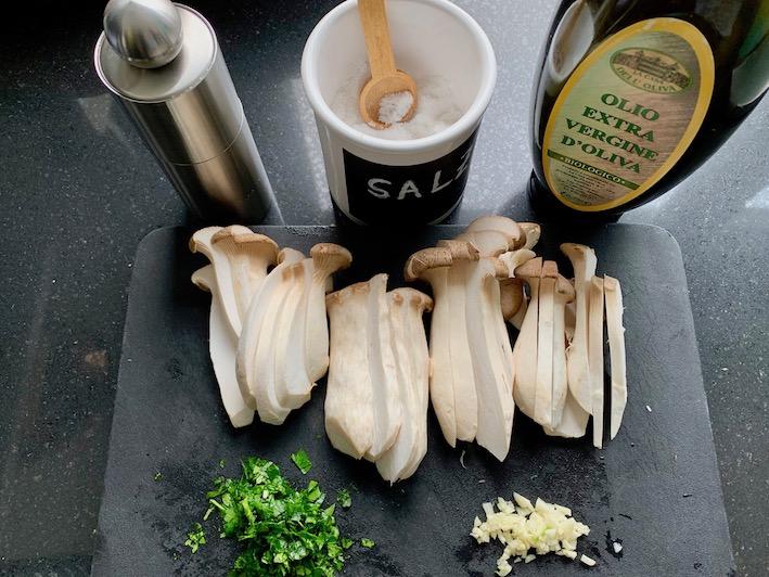 Die Zutaten für die Funghi trifolati mit Käuter-Seitlingen
