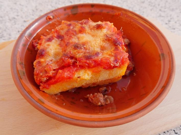 Polenta auf sardische Art, nicht nur das Gericht ist typisch sardisch auch das Keramik-Schüsselchen (eine kleine Scivedda), in dem das Gericht hier serviert wird.