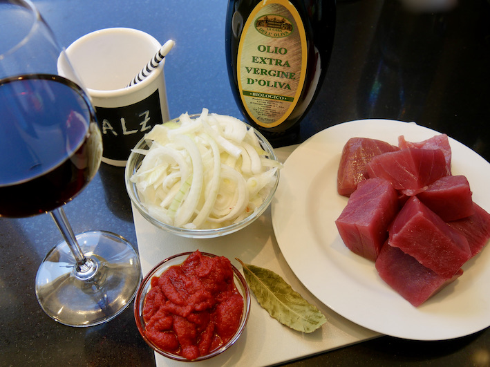Die Zutaten für den Thunfisch in Zwiebel-Wein-Soße (Tonno alle Portoscusese)