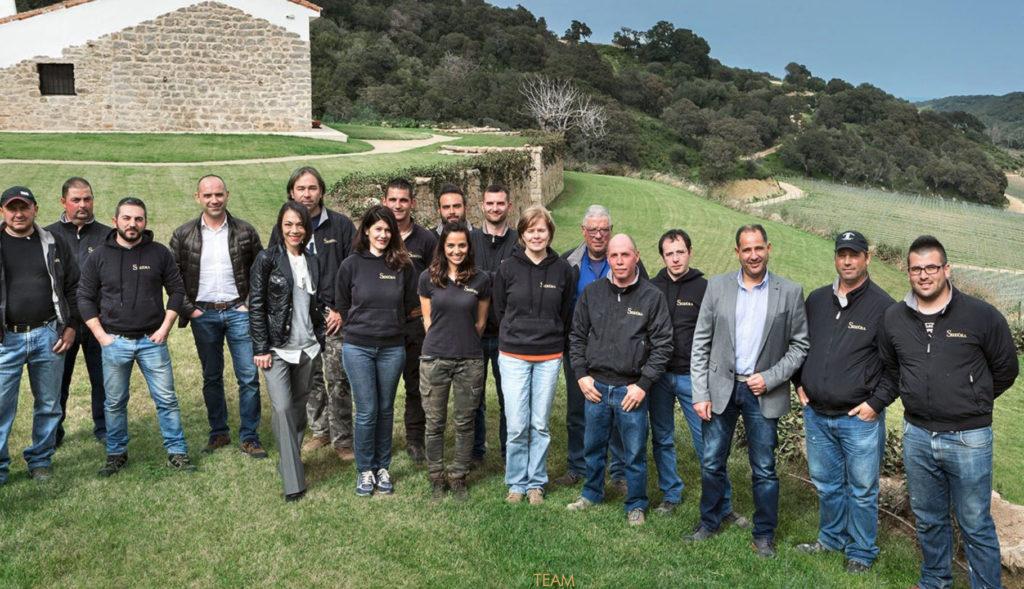 """Siddùra-Geschäftsführer Massimo Ruggero (3. von recht) mit seinem """"Gewinner-Team"""" der Weinkellerei des Jahres 2021"""