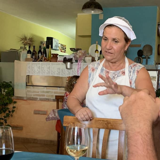 Luciana Serpi, Wirtin und Köchin der Trattoria Zia Luciana erklärt ihre Gericht.